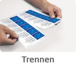 A kinyomtatott névjegykártyák szétválasztása.